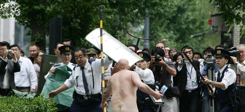 Man skinny dips in Imperial Palace moat